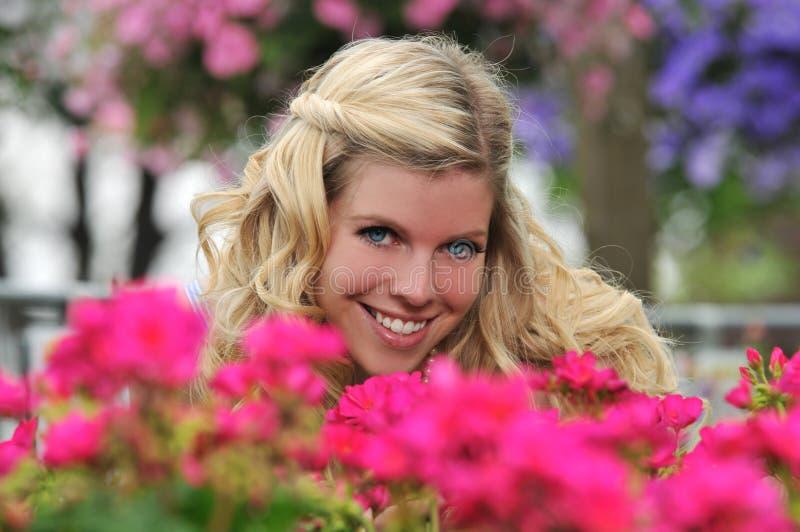 Junges schönes blondes Mädchen am Garten stockbild