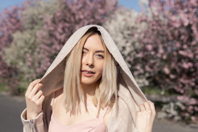 Junges schönes blondes Mädchen steht im Parkplatz lizenzfreie stockfotos