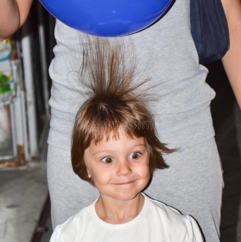 Junges schönes braunes behaartes Mädchen mit elektrischen geladenen Ballonen lizenzfreies stockbild