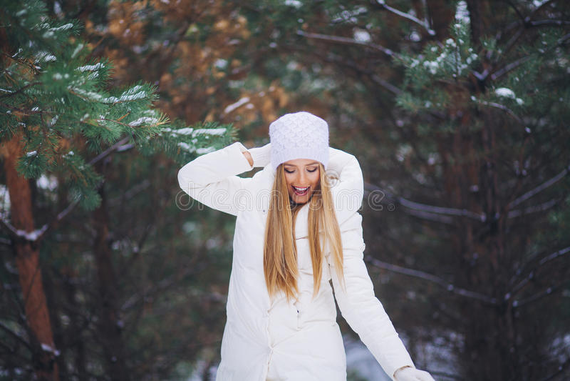 Junges schönes lächelndes Mädchenporträt im Winterwald stockfotos