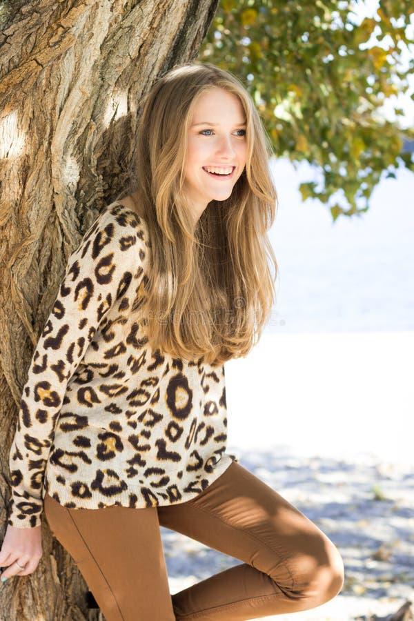Junges schönes lachendes Mädchen, Außenaufnahme stockbild