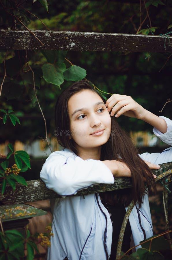 Junges schönes Mädchen auf dem Hintergrund der Natur Vertikales Foto lizenzfreie stockfotografie