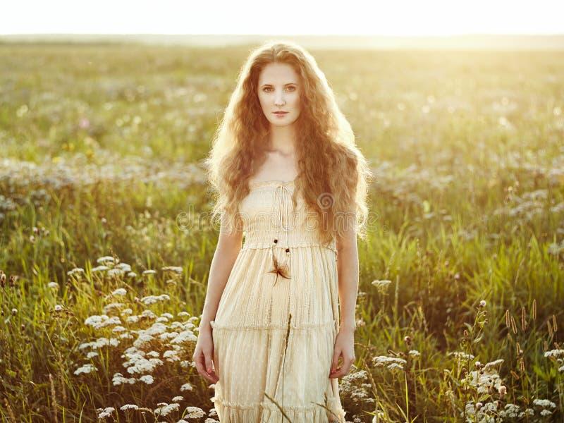 Junges schönes Mädchen auf einem Sommerfeld Schönheitssommerzeit stockbilder