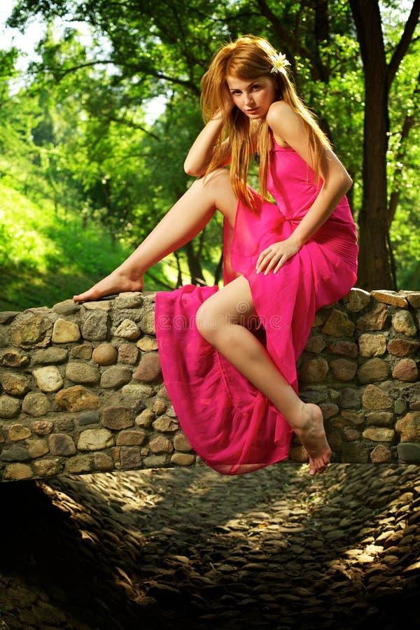 Junges schönes Mädchen auf einer Brücke stockbilder