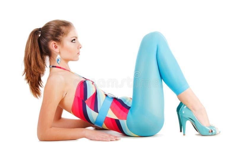 Junges schönes Mädchen auf Fußboden lizenzfreie stockfotos