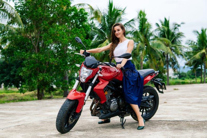 Junges schönes Mädchen auf Motorrad lizenzfreies stockfoto
