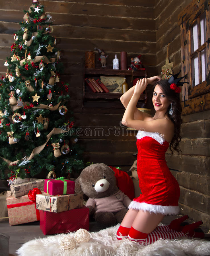 Junges schönes Mädchen, Dame, Frau, Modell, Liebhaber, schneien Mädchen Hintergrund-Weihnachtsbaum, neues Jahr, Weihnachten, Feie lizenzfreie stockfotografie