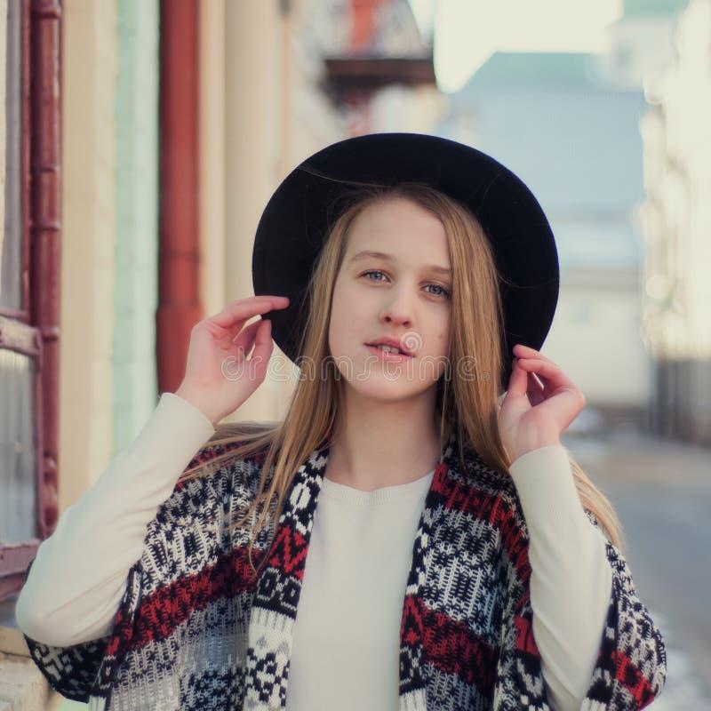 Junges schönes Mädchen, das auf der Straße aufwirft lizenzfreie stockbilder