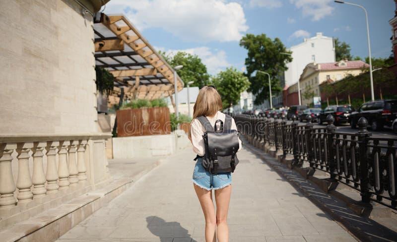 Junges schönes Mädchen, das in den Stadttouristen geht lizenzfreie stockbilder