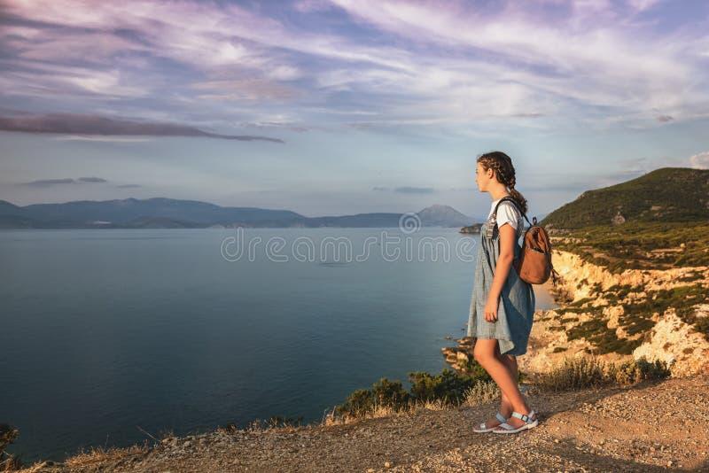 Junges schönes Mädchen, das entlang die Küste des Mittelmeeres reist stockbilder