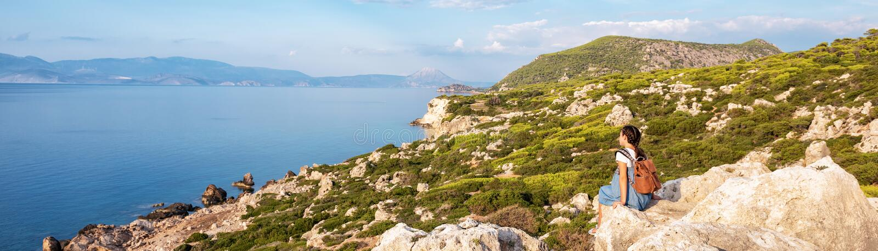 Junges schönes Mädchen, das entlang die Küste des Mittelmeeres reist stockfotografie