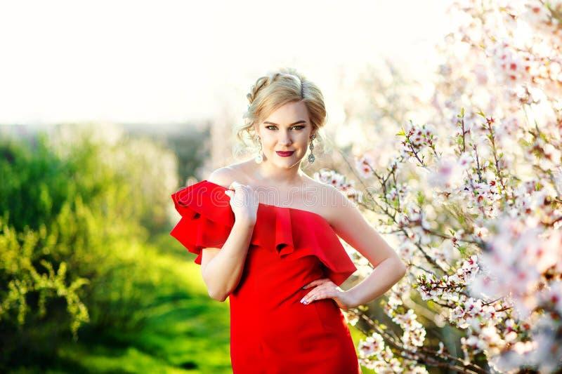 Junges schönes Mädchen, das im Sommergarten aufwirft Das Konzept von Jugend, Mode lizenzfreie stockfotografie