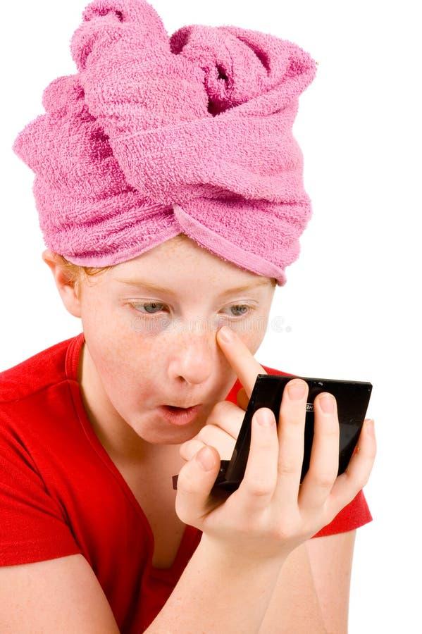 Junges schönes Mädchen, das im Spiegel schaut lizenzfreie stockbilder