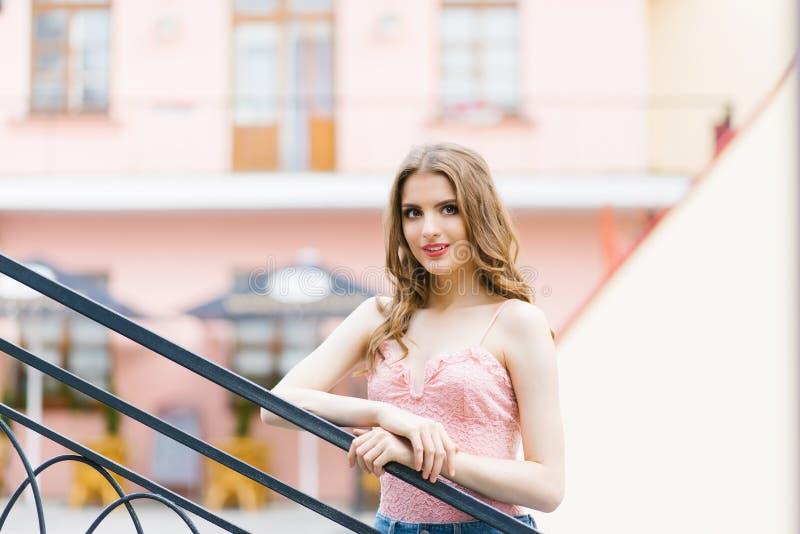Junges schönes Mädchen, das um die Stadt geht Schönes Modell, das um die Stadt geht Schauen im historischen Stadtteil lizenzfreie stockfotos