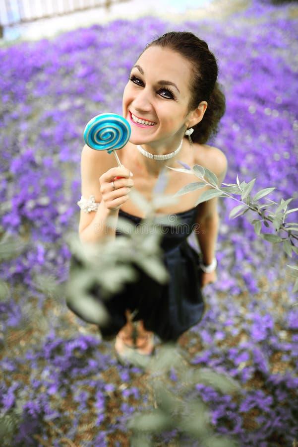 Junges schönes Mädchen des Porträts mit Lutschersüßigkeit lizenzfreies stockfoto