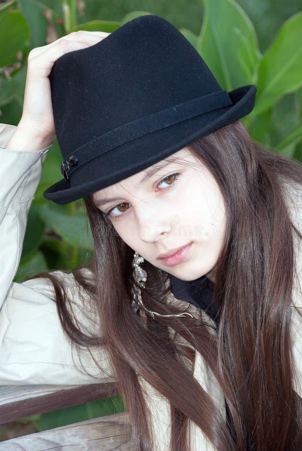 Junges schönes Mädchen in einem Hut lizenzfreies stockfoto