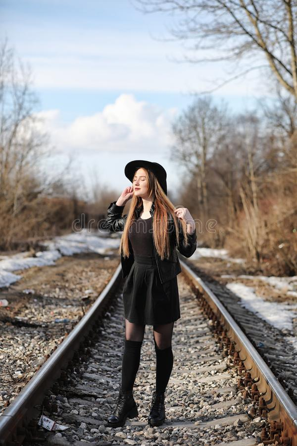 Junges schönes Mädchen in einem Hut und mit einem dunklen Make-up draußen g lizenzfreie stockfotografie