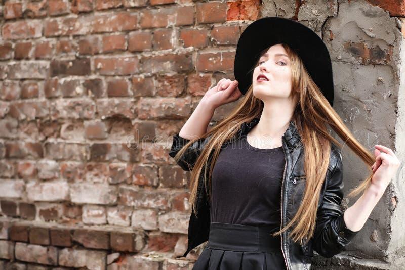 Junges schönes Mädchen in einem Hut und mit einem dunklen Make-up draußen g lizenzfreies stockfoto