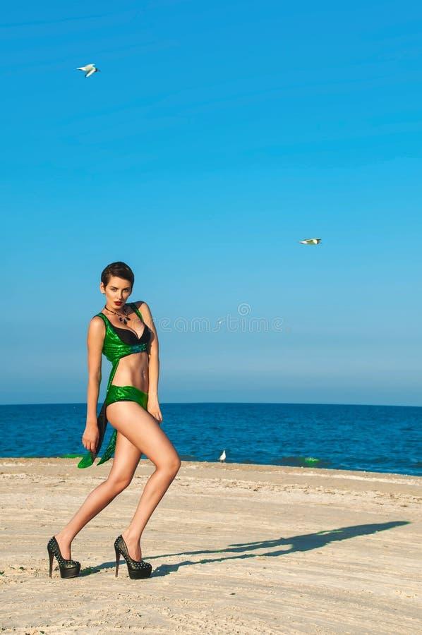 Junges schönes Mädchen im grünen Badeanzug lizenzfreies stockfoto