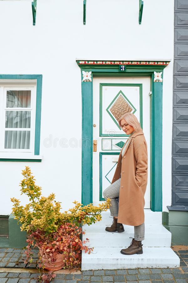 Junges schönes Mädchen im Herbstmantel Reisen um die europäische Stadt im Herbst Nette, lächelnde Dame alte Häuser, St. pflastern stockfoto