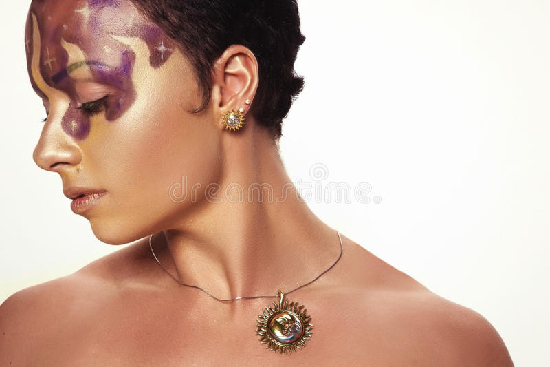 Junges schönes Mädchen mit asymetrischer Frisur im Schmuckdesign lizenzfreie stockfotografie