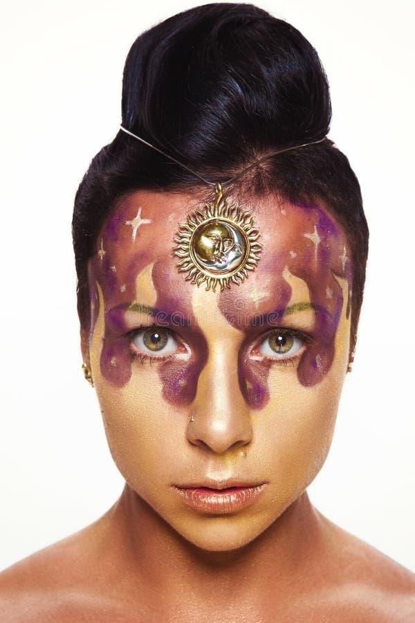 Junges schönes Mädchen mit asymetrischer Frisur im Schmuckdesign lizenzfreies stockbild
