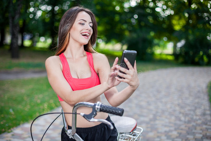 Junges schönes Mädchen mit Fahrrad stockbild