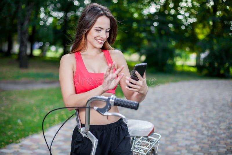 Junges schönes Mädchen mit Fahrrad lizenzfreie stockfotos