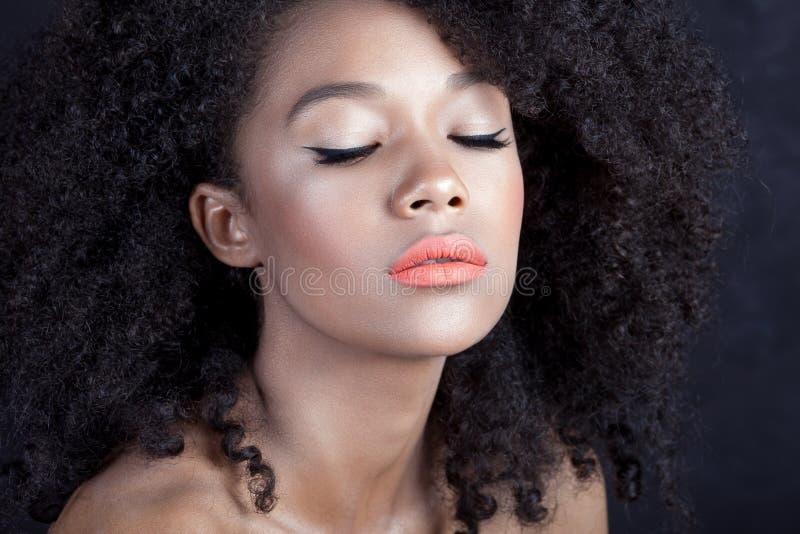 Junges schönes Mädchen mit sauberer perfekter Hautnahaufnahme lizenzfreies stockbild
