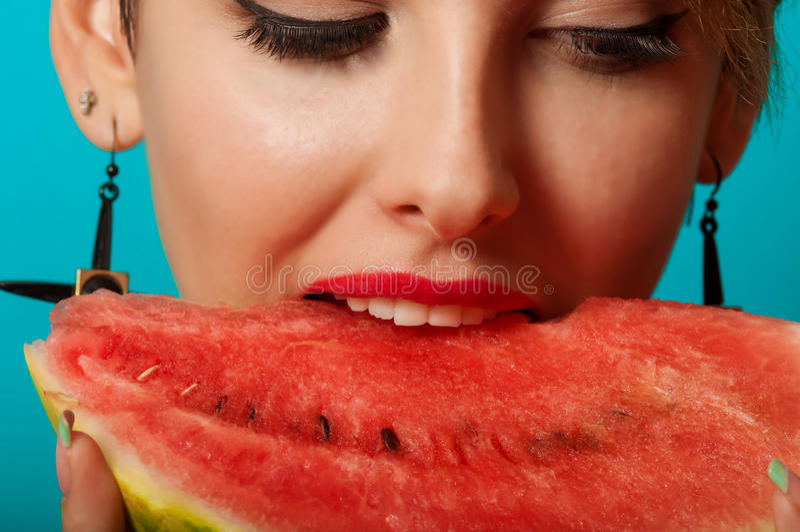 Junges schönes Mädchen mit Wassermelone lizenzfreie stockbilder