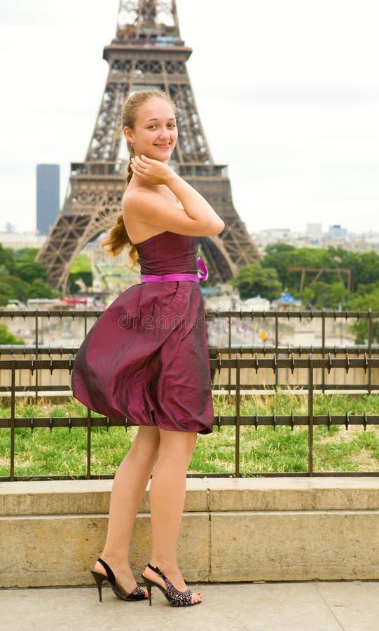 Junges schönes Mädchen in Paris stockfotografie