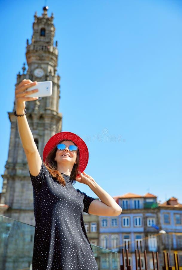 Junges schönes Mädchen in rotem Hutnehmen selfie lizenzfreies stockfoto