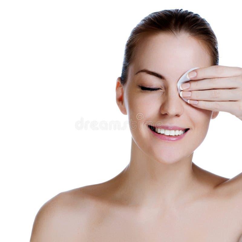 Junges schönes Mädchen säubert das Augenmake-up lizenzfreie stockfotos