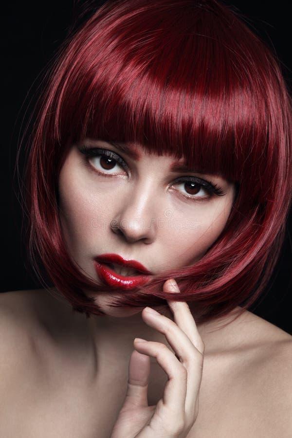 Junges schönes rothaariges Mädchen mit Pendelhaarschnitt und stockbilder