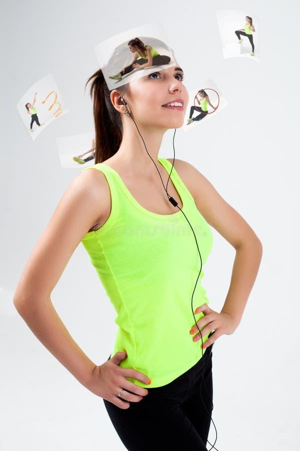 Junges schönes sportliches Mädchen hört Musik lizenzfreie stockfotografie