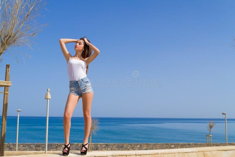 Junges schönes und ausdrucksvolles dunkelhaariges Mädchen lizenzfreie stockfotos