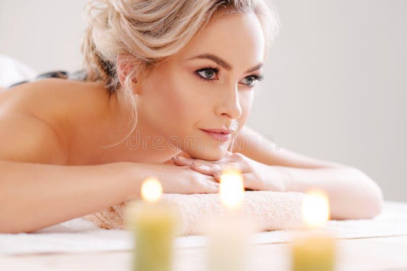 Junges, schönes und gesundes Mädchen, das im Badekurortsalon sich entspannt Verjüngungstherapie und massieren Behandlungen erholu stockfoto