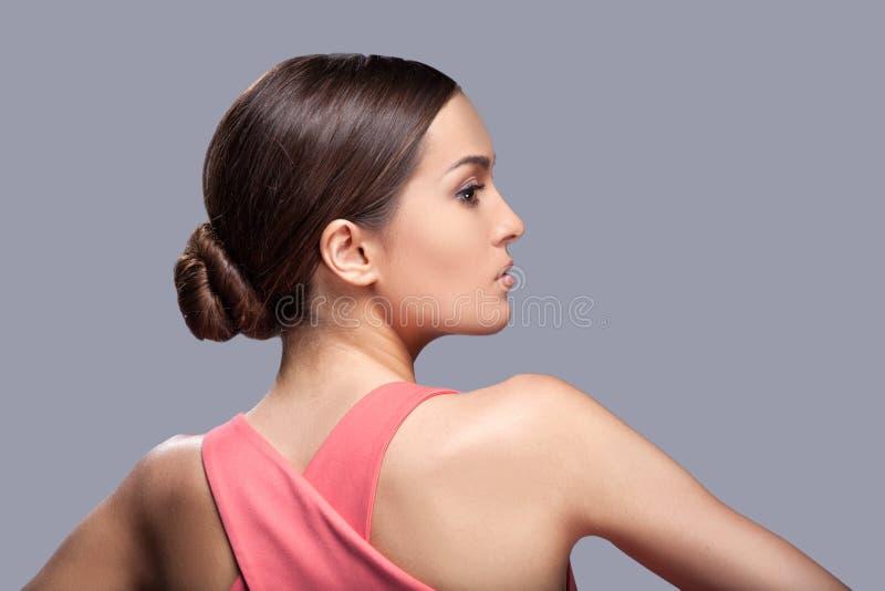 Junges schönes weibliches Modell im roten Kleid stockfotografie
