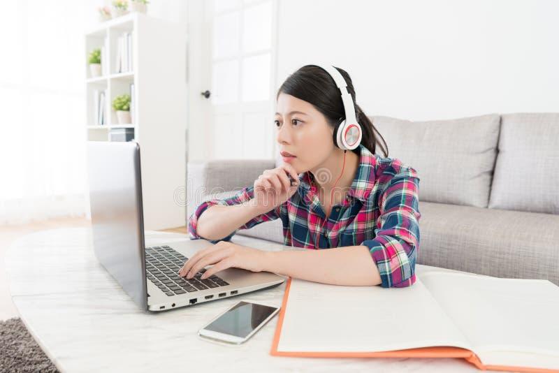 Junges Schönheitsmädchen, das mobilen Computer betrachtet lizenzfreie stockfotos