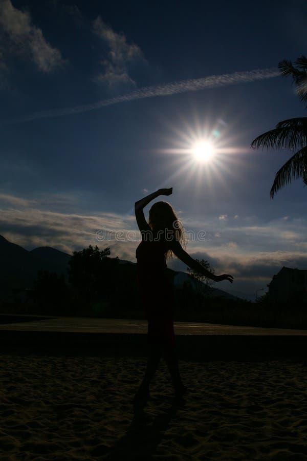 Junges Schönheitsmädchen, das am tropischen Strand nahe Meer in Paradiesinsel dansing ist Sonnenuntergang stockfoto