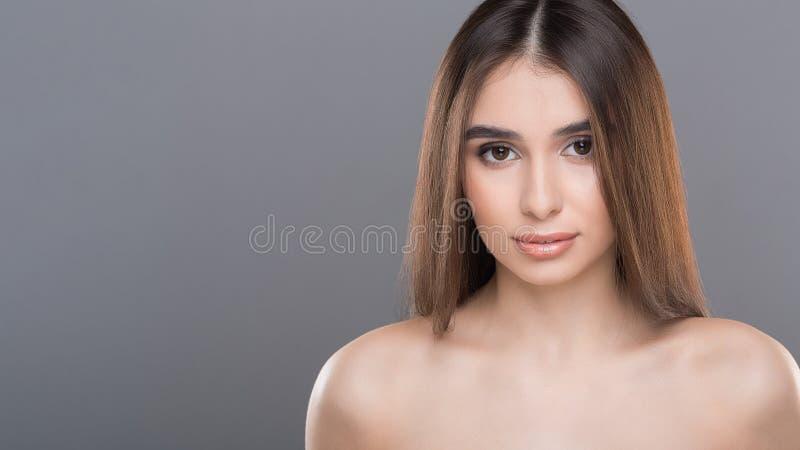 Junges Schönheitsmodeporträt, leerer Raum stockfoto