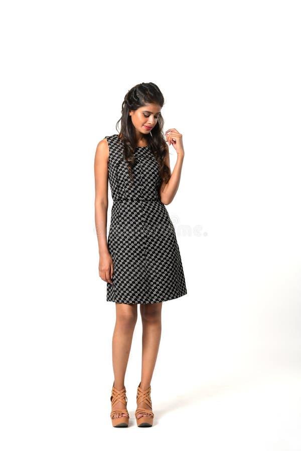 Junges schüchternes Mädchen im kurzen Kleid stockbilder