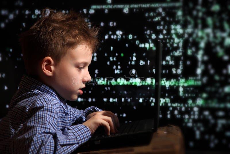 Junges Schülerwunder - ein Hacker Begabter Student nimmt am Banksystem teil stockfotos