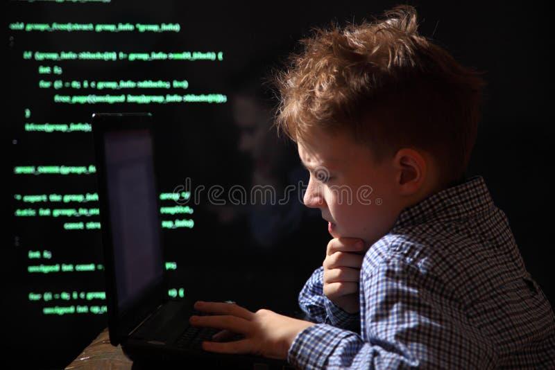 Junges Schülerwunder - ein Hacker Begabter Student nimmt am Banksystem teil lizenzfreies stockbild