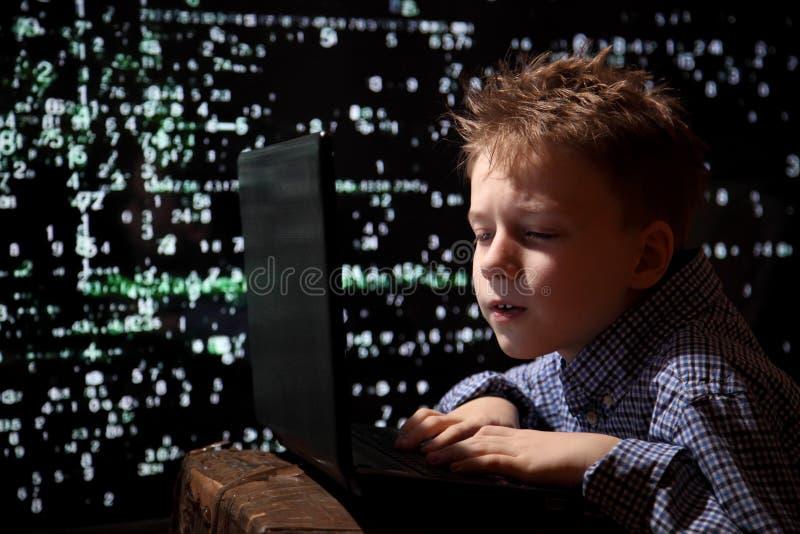 Junges Schülerwunder - ein Hacker Begabter Student nimmt am Banksystem teil lizenzfreie stockfotos