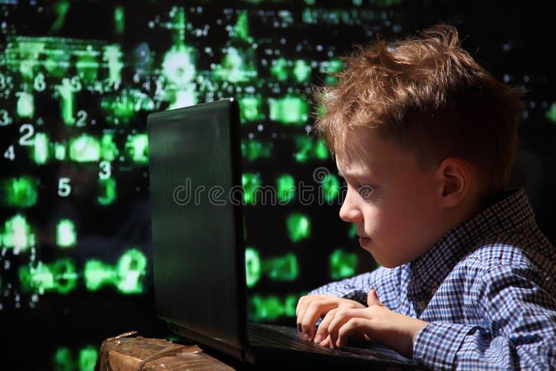 Junges Schülerwunder - ein Hacker Begabter Student nimmt am Banksystem teil lizenzfreie stockbilder