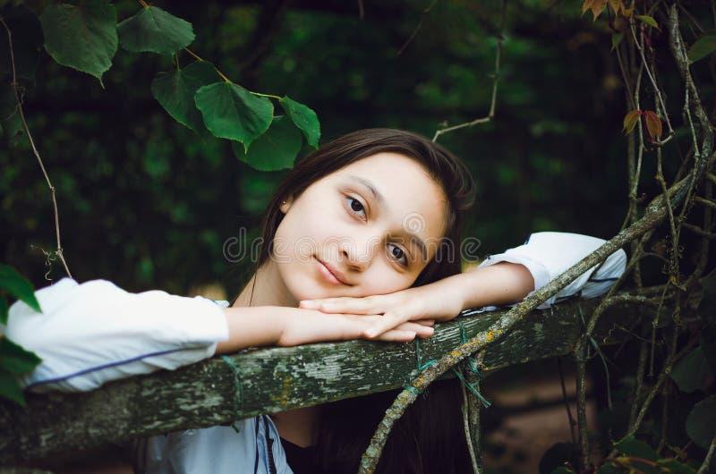 Junges sch?nes M?dchen auf dem Hintergrund der Natur lizenzfreie stockfotografie