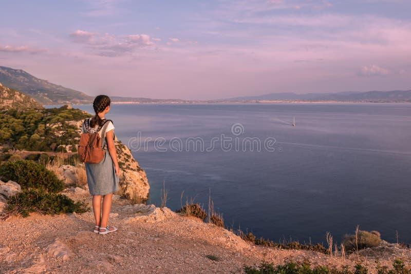 Junges sch?nes M?dchen, das entlang die K?ste des Mittelmeeres reist stockfotografie