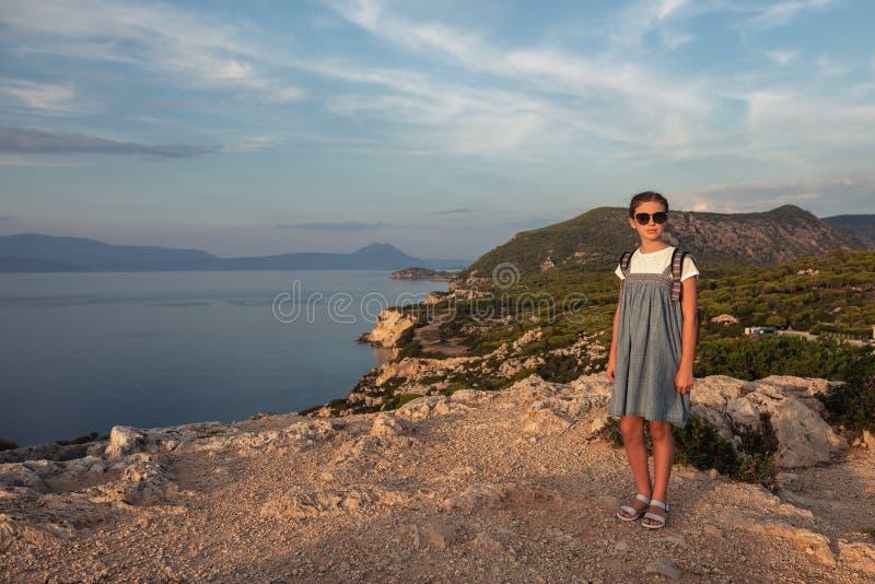 Junges sch?nes M?dchen, das entlang die K?ste des Mittelmeeres reist stockfotos