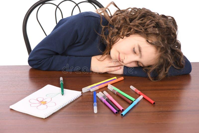 Junges Schulmädchen zeichnet mit Markierungen beim bei Tisch sitzen stockbilder